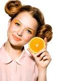 Flicka med den saftiga apelsinen Arkivfoton