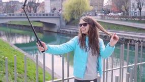 Flicka med den Selfie pinnen arkivfilmer