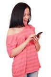 Flicka med den smart telefonen Arkivbild