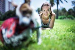 Flicka med den stålarrussel terrieren Fotografering för Bildbyråer