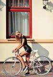 Flicka med den utomhus- modeståenden för cykel Arkivbild