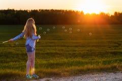 flicka med den utomhus- såpbubblan Arkivfoto