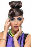 Flicka med den utsmyckade frisyren och makeup Royaltyfri Fotografi