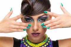 Flicka med den utsmyckade frisyren och makeup Royaltyfri Bild