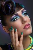 Flicka med den utsmyckade frisyren och makeup Royaltyfria Foton