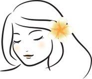 Flicka med den vita frangipaniblomman Arkivbild
