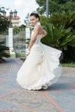 Flicka med den vita klänningen som gör en produktion fotografering för bildbyråer