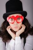 Flicka med denformade exponeringsglas och bästa hatten Royaltyfria Bilder