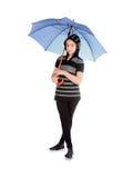 Flicka med det blåa paraplyet som isoleras över vit Royaltyfria Bilder