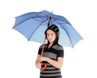 Flicka med det blåa paraplyet som isoleras över vit Royaltyfri Bild