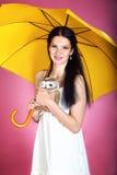 Flicka med det gula paraplyet Royaltyfri Bild