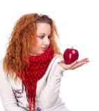 Flicka med det röda äpplet Arkivfoto