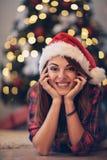 Flicka med det Santa Claus locket på julhelgdagsaftonen Royaltyfri Bild