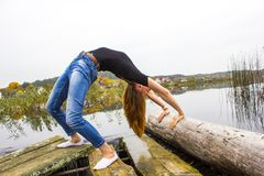 Flicka med det sexiga diagramet för sportar på bakgrund av den lugna höstfloden Yoga meditation, kopplar av Royaltyfria Foton