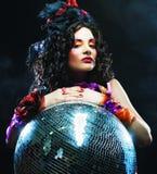 Flicka med diskobollen Royaltyfri Foto