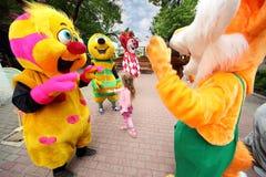 Flicka med dockor på III Moskvafestivalen Royaltyfri Bild