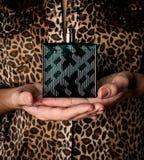 Flicka med doft, ung härlig kvinnainnehavflaska av doft royaltyfria bilder