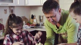 Flicka med Down Syndrome och den lilla systern att förbereda deg stock video