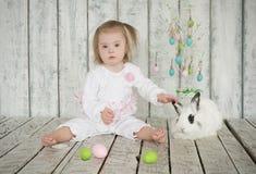 Flicka med Down Syndrome som rymmer den öraeaster kaninen Royaltyfria Bilder