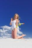 Flicka med dykningmaskeringen på stranden royaltyfri fotografi