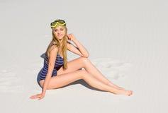 Flicka med dykningmaskeringen på stranden arkivfoton