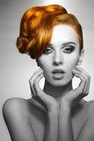 Flicka med elegant hår-stil BW skott arkivbilder