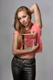 Flicka med en anteckningsbok Arkivfoton