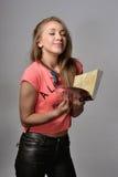 Flicka med en anteckningsbok Arkivfoto