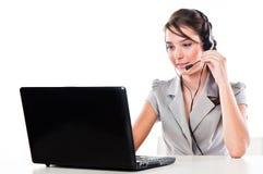 Flicka med en bärbar dator och en hörlurar med mikrofon royaltyfria bilder
