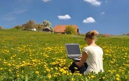 Flicka med en bärbar dator Arkivfoto