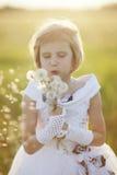 flicka med en blomma Arkivbilder