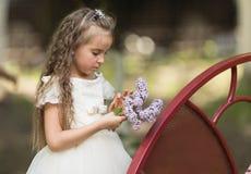 Flicka med en blomma i hennes hand Arkivbild