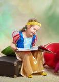 Flicka med en boka Royaltyfria Bilder
