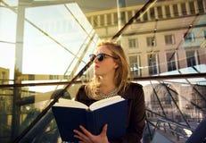 Flicka med en boka arkivfoto