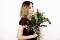 Flicka med en bukett fotografering för bildbyråer