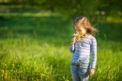 Flicka med en bukett av vårblommor Arkivfoton
