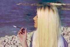Flicka med en cigarett Royaltyfria Bilder
