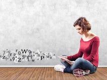 Flicka med en dator Arkivbilder