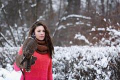 Flicka med en falk Arkivfoto