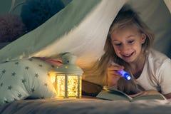 Flicka med en ficklampa fotografering för bildbyråer