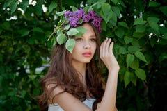 Flicka med en filial av lilan Arkivfoto