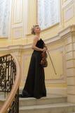 Flicka med en fiol fotografering för bildbyråer