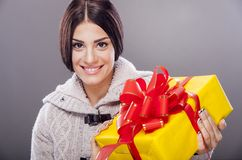 Flicka med en gåva Arkivfoton
