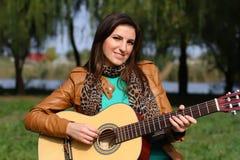 Flicka med en gitarr Arkivbilder