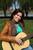 Flicka med en gitarr royaltyfria foton