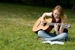 Тhe flicka med en gitarr Royaltyfri Foto
