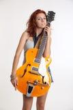 flicka med en gitarr Arkivfoto
