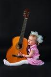 flicka med en gitarr Royaltyfria Bilder