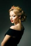 Flicka med en guld- krona arkivfoton