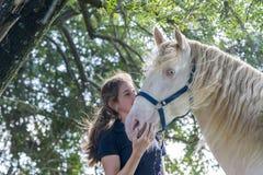 Flicka med en häst royaltyfri bild
